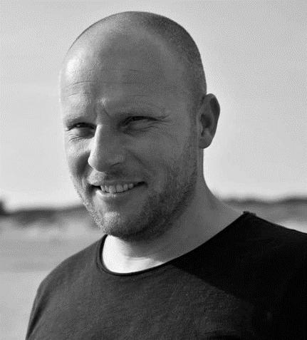 portretfoto van Remko Beekman in zwart wit met landschap achtergrond
